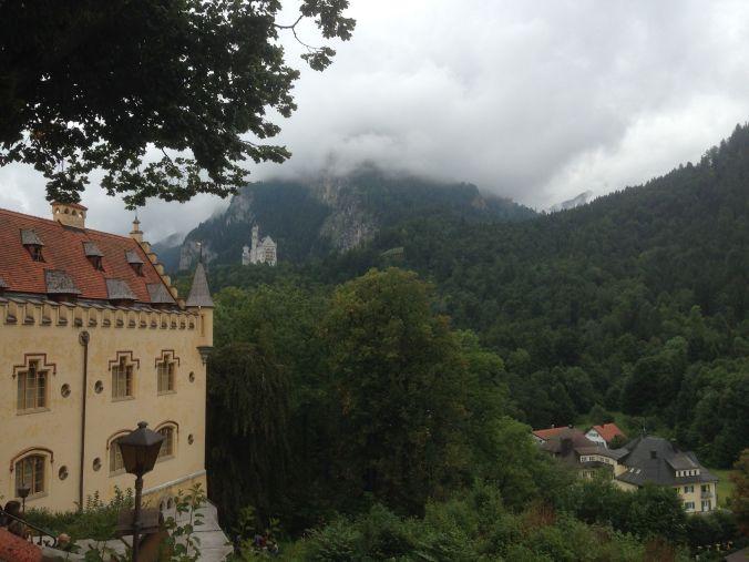 Qui si vedono entrambi i castelli. Tenete inoltre presente la nuovola che sta scendendo dalla montagna.