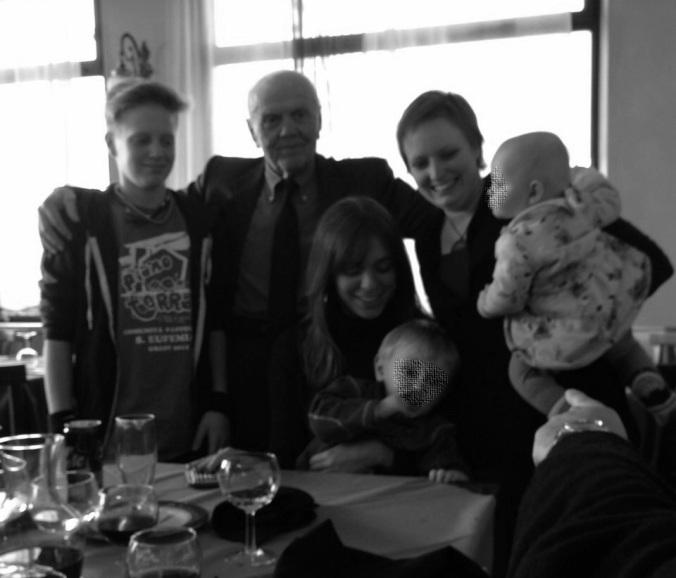 Il nonno bisnonno con i nipoti e i bis-nipotini. Perché nessuno di noi Ripamonti sta attento quando si fanno le foto.